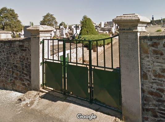 Porte d'entrée du cimetière de Sauveterre-de-Rouergue sur Les Esparros