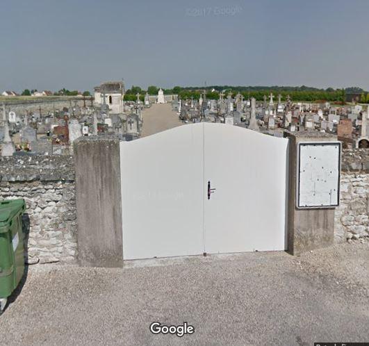 Porte d'entrée du cimetière de Availles-en-Châtellerault sur 10-14 Rue du Onze Novembre