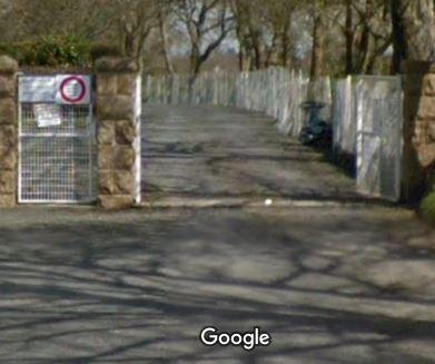 Porte d'entrée du cimetière sur Rue du Hingard Huellan