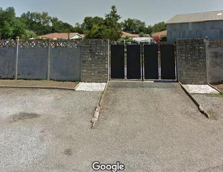 Porte d'entrée du cimetière de Hinx